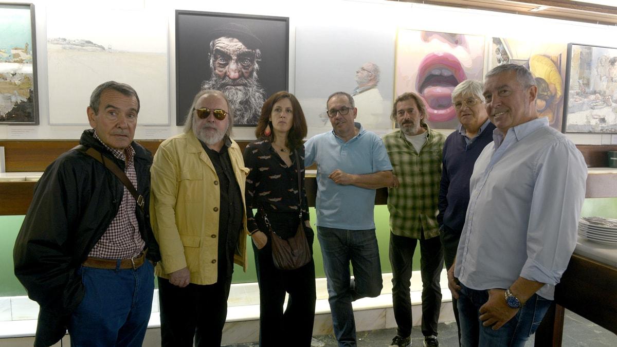 Miembros del jurado junto a las obras finalistas del Certamen de Pintura.