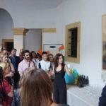 La Artista Plástica Inma Peña explica su obra Bésame ante el jurado en la Exposición de obras Finalistas del I Certamen de Creación Artistas Emergentes