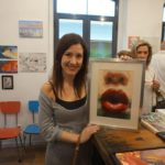La Artista Plástica Inma Peña con la obra cedida para la exposición solidaria