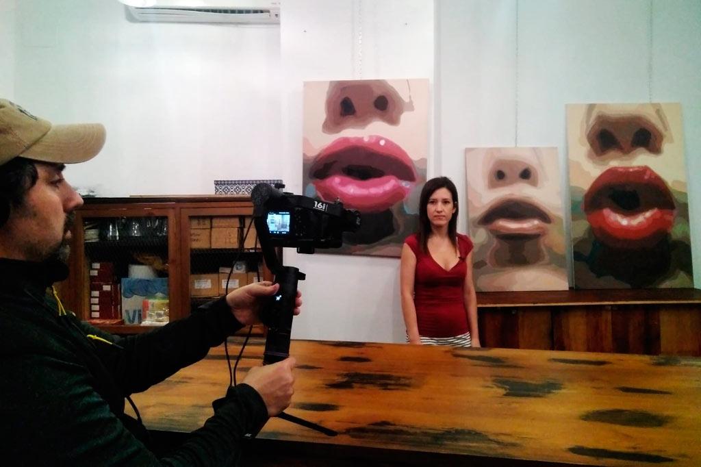 La Artista Plástica Inma Peña durante la grabación de su obra en Tabanco Plateros