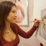 La Artista Plástica Inma Peña dibujando a pastel el retrato de Nuestra Señora de la Piedad