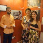 Inma Peña, retratada en una de las fotografías de la exposición, posa con Noelia y Jorge.