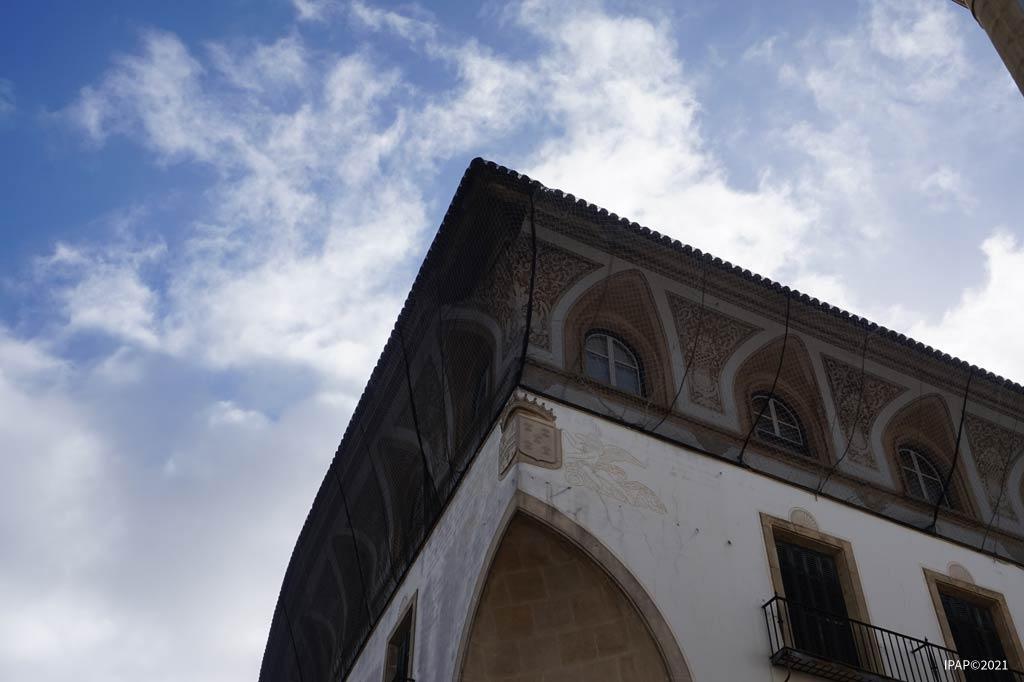 La decoración ornamental desprendida en Calle Larga